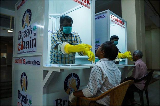 Un kiosco móvil que hace la prueba de coronavirus en Kerala, India