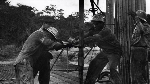 Trabalhadores em poço de petróleo em Cuba