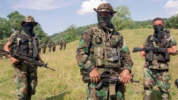 Paramilitares con caras tapadas en la selva de Colombia.