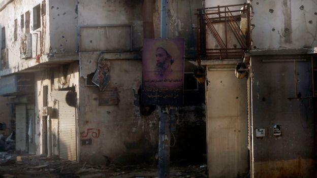 Un cartel de duelo por el clérigo ejecutado Nimr Baqir al-Nimr aún permanece colgado en una farola. en Awamiya, Saudi Arabia (9 de agosto de 2017)