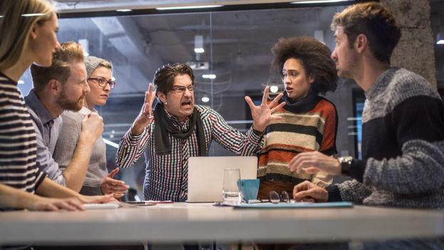 Chefe gritando com seus colegas mais novos