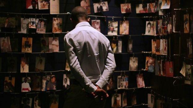 Hombre mirando fotografías de las víctimas del genocidio en Ruanda de 1994.