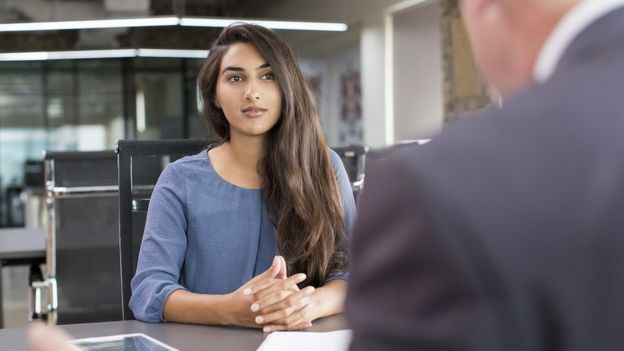 Una joven en entrevista.