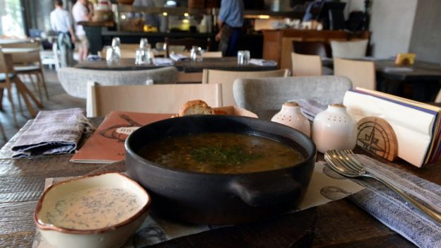 Соленые огурцы, суп с капустой, белыми грибами и олениной.