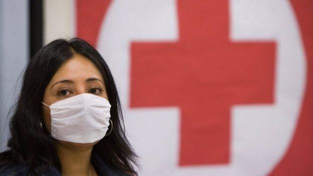Mujer con mascarilla en México en 2009
