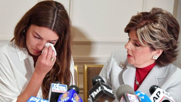 ميمي هالي تبكي أثناء مؤتمر صحفي عام 2017 وإلى جانبها محاميتها