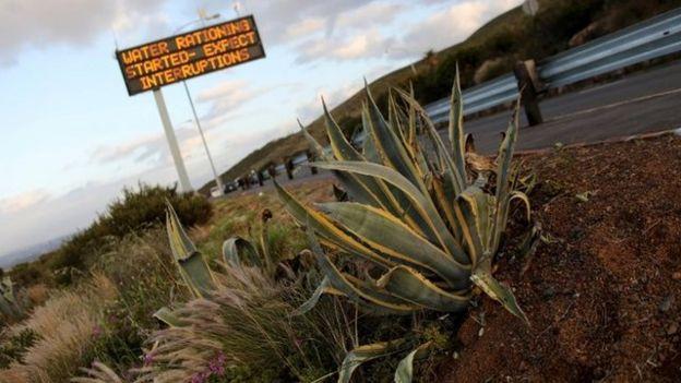 Cartel que anuncia racionamiento de agua en una carretera de Ciudad del Cabo.