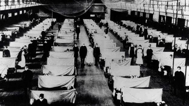 همهگیری و شیوه آنفلوانزا در اوایل قرن بیست از لحاظ تعدا افراد جوانی که قربانی آن شدند، منحصر به قرد بود. تصویری از بیمارستانی برای مقابله با آنفلوآنزای اسپانیایی