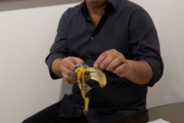 دیوید داتونا، هنرمند آمریکایی این موز را از دیوار برداشته و خورد.