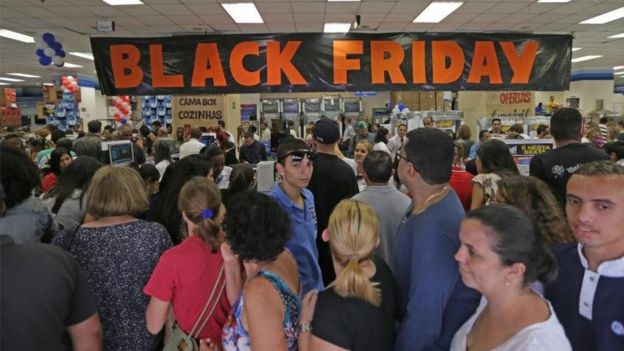 Loja com cartaz da Black Friday