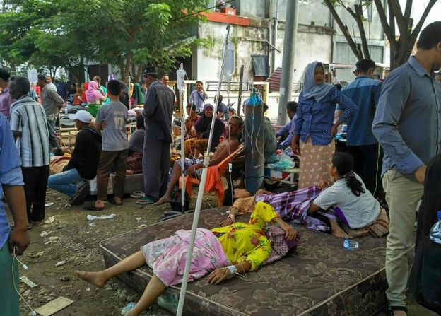 City general hospital patients rest in the open following an earthquake in Pidie Jaya, Aceh province on 7 December 2016.