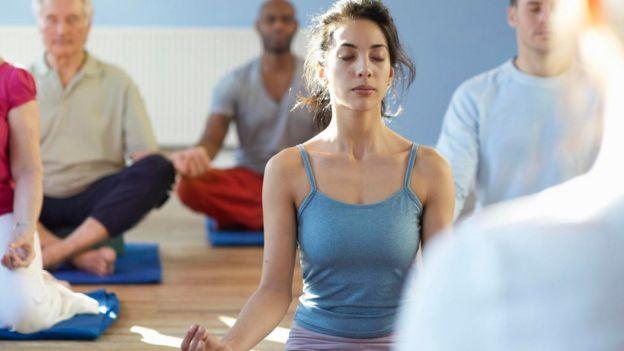 Personas en una clase de yoga