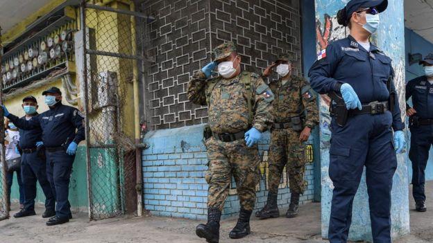 Miembros de la Guardia Fronteriza patrullan las calles de Panamá