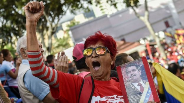 Los partidarios del gobierno de Nicolás Maduro acudieron el miércoles al palacio presidencial de Miraflores para respaldarle.