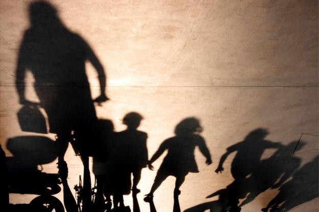 Sombras de niños y adultos