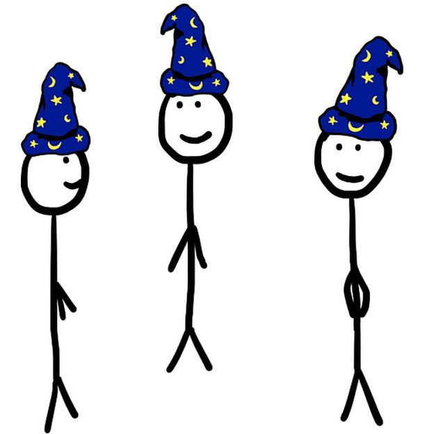 Tres figuras con gorros de hechiceros.