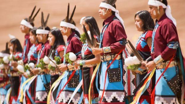 Mulheres navajo preparando-se para um baile tradicional.