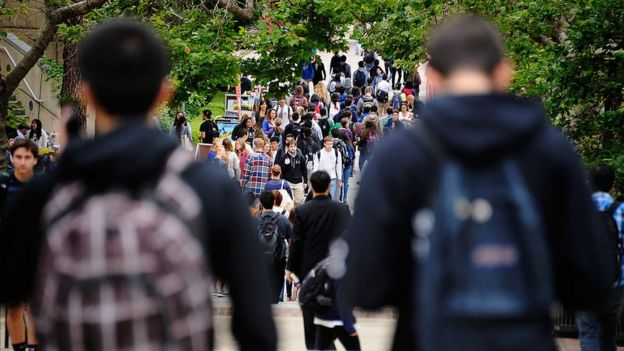 Estudiantes en campus.