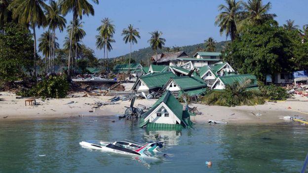 ความเสียหายบนเกาะพีพีหลังคลื่นสึนามิเข้าถล่มในปี 2547