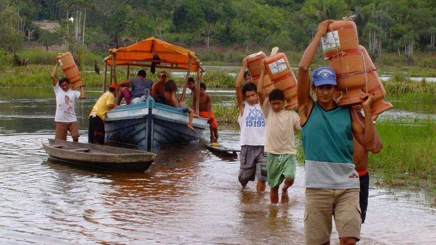 Distribuição de filtros d'água em comunidade do Rio Tabajós, trabalho da ONG Saúde & Alegria