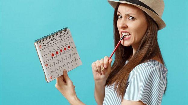 Chica calculando su período