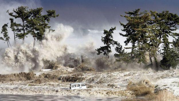 terremoto de magnitude próximo de 9 no Japão causou um tsunami com ondas de 14 metros