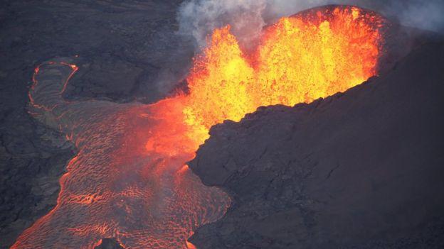 Lava saliendo del volcán Kilauea, en Hawái.