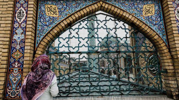 женщина у мечети