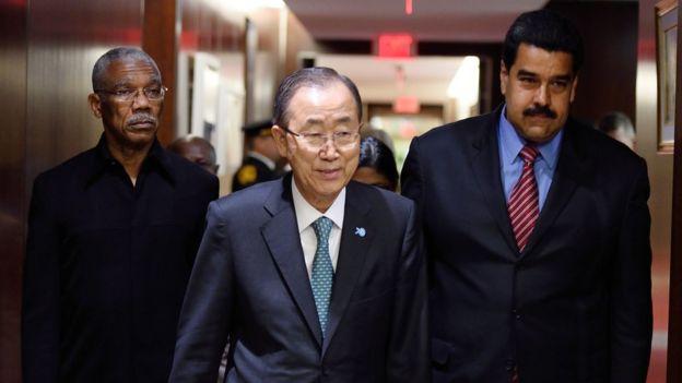 El secretario general de la ONU, Ban Ki'Moon, junto a los presidentes de Guyana, David Granger, y Venezuela, Nicolás Maduro.
