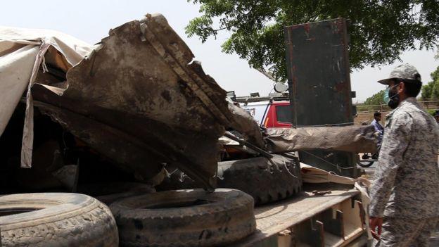 Autoridades deslocam os destroços do avião