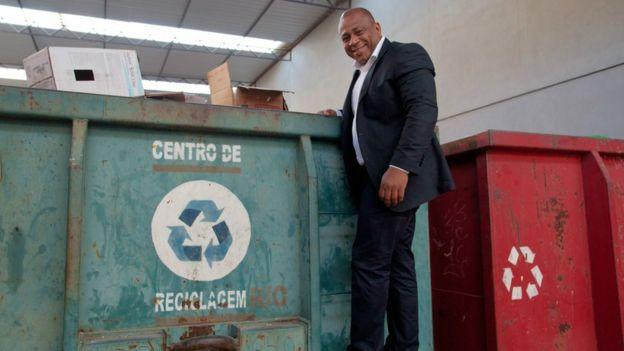 O empresário Júlio César Chagas Santos sobe em contêiner