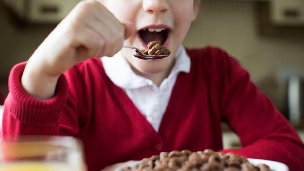 Criança comendo cereais