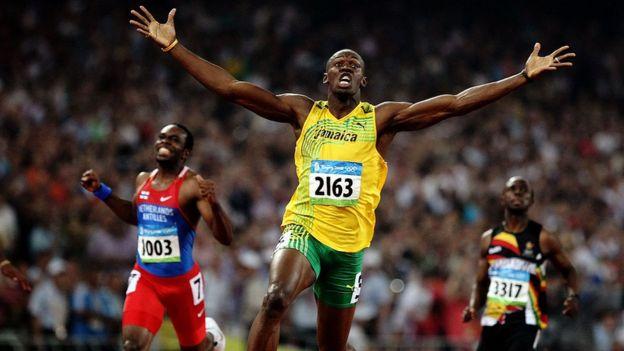 Usain Bolt con los brazos extendidos tras ganar en 2012 (crédito: Getty Images)