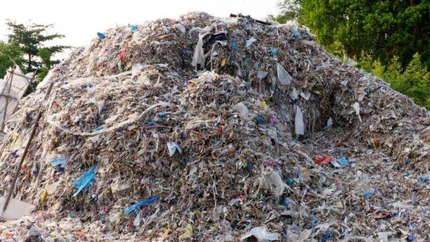 Montaña de basura plástica