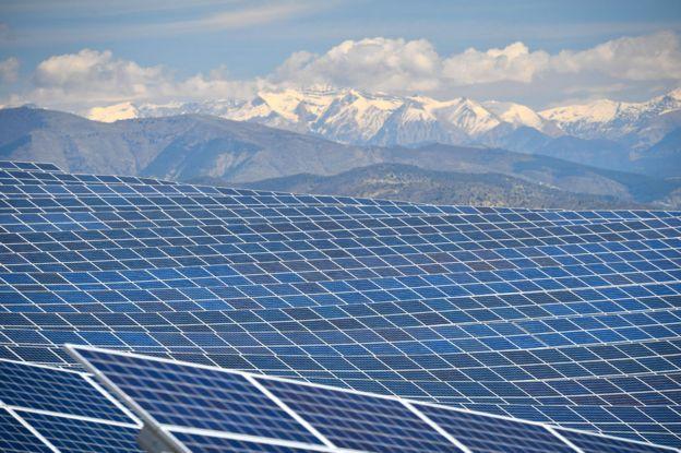 112.000 painéis solares fotovoltaicos na usina de energia em La Colle des Mees, Alpes da Alta Provença, sudeste da França