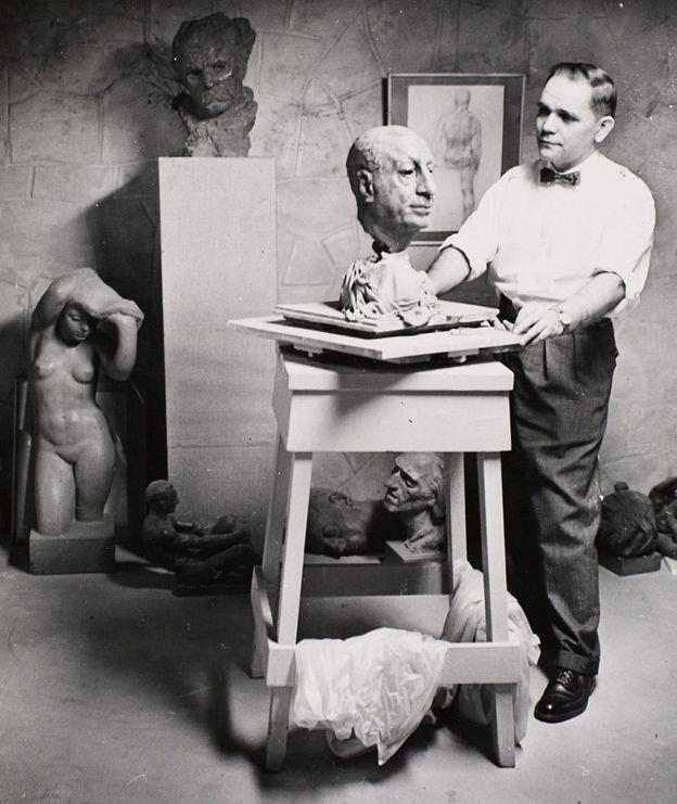 Лео Мол у своїй майстерні в Вінніпезі, 1950-ті роки