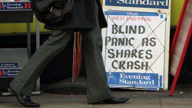 La bolsas en gran parte del mundo cayeron en 2008 y la crisis generó pánico en muchos lados, como indica este cartel en un puesto de diarios en Londres, en octubre de 2008.