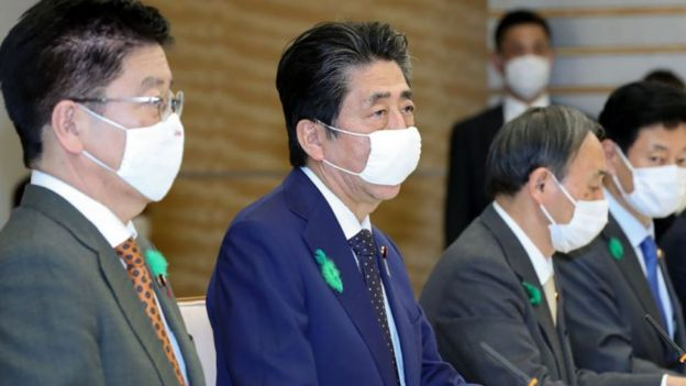 شینزو آبه - نفر دوم از چپ - در یک نشست ویژه وضعیت اضطراری اعلام کرد