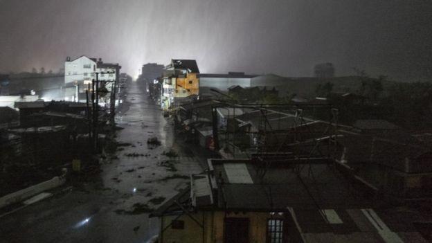 Una imagen de cielos oscuros en el paso del tifón Mangkhut por la ciudad de Tuguegarao.