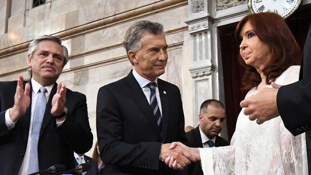Mauricio Macri saluda a Cristina Kirchner durante la asunción del nuevo gobierno en diciembre de 2019