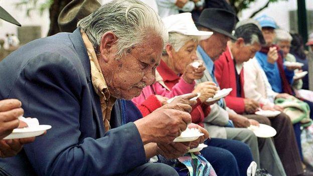 Pensionistas ecuatorianos reciben comida