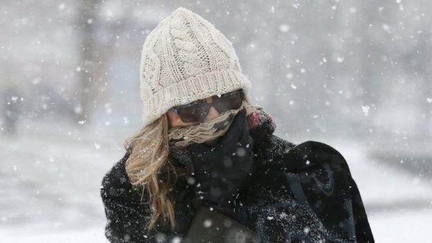 Жінка в снігопад