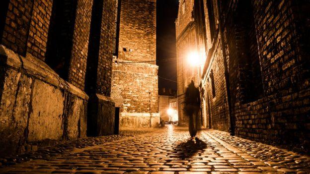 calle de Londres a oscuras.
