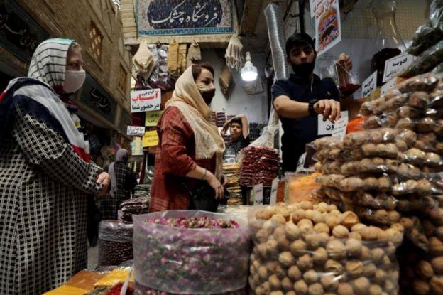женщины на итранском базаре
