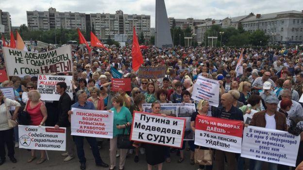 Miles de personas protestando en Omsk contra la reforma de la jubilación.