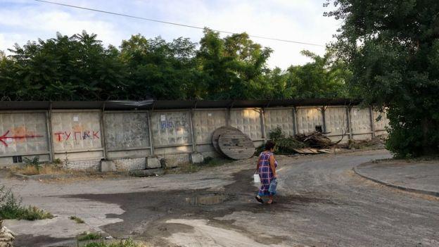 Idosos buscam águas com baldes em torneiras nas ruas sem saneamento
