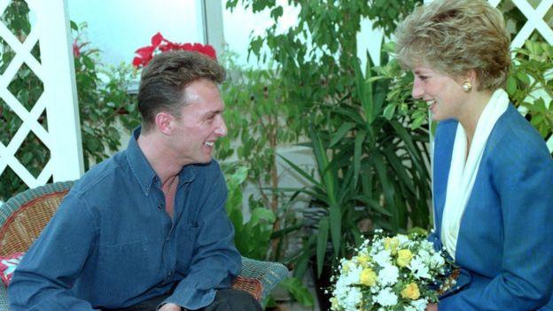 در سال ۱۹۹۱، دایانا، شاهزاده ولز با هدف آگاهی دادن نسبت به تصورات غلط در مورد اچ آی وی، با بیماران مبتلا در لندن ملاقات کرد