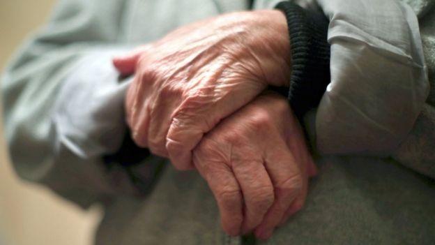 يدا شخص مسن