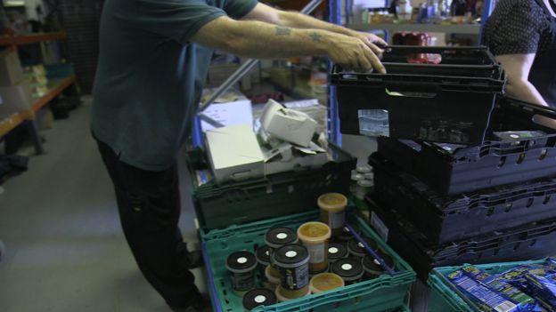 Homem organiza alimentos usados no projeto