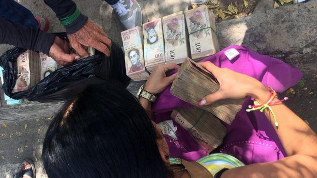 Cambistas con dinero. (Foto: Boris Miranda)